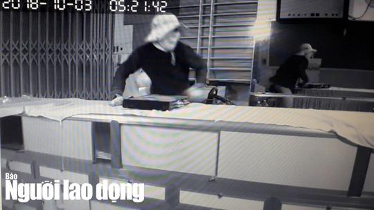 Tên trộm lấy đầu ghi camera (hình vuông, màu đen) rồi mới rời khỏi tiệm