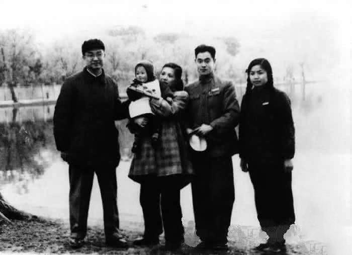 """[eMagazine]- Cuộc đời thăng trầm của """"Võ lâm minh chủ"""" Kim Dung - Ảnh 4."""