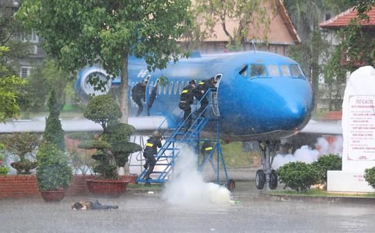 Học viên cảnh sát thực hành phòng chống kh.ủng b.ố giải cứu con tin bị bắt cóc trên máy bay trong mưa lớn - Ảnh: cand.com.vn