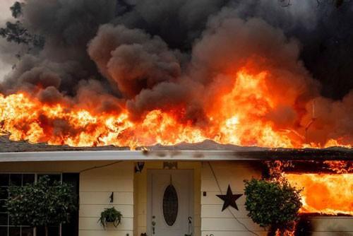 Mỹ: Bang California chìm trong 3 đám cháy lớn - Ảnh 1.