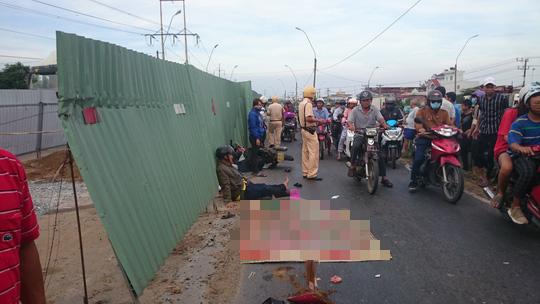 Thương vợ bị xe tải cán chết, chồng bị thương nặng không đi cấp cứu - Ảnh 1.