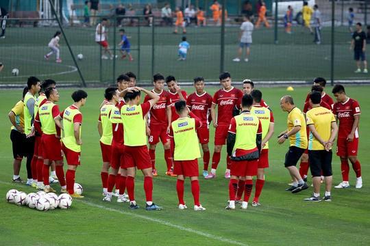 Thắng Campuchia 3-0, Việt Nam vào bán kết với ngôi đầu bảng A - Ảnh 18.
