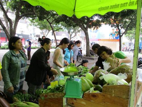 Rôm rả chợ phiên nông sản