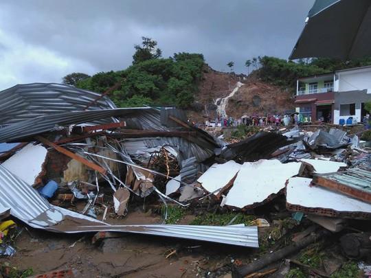 Thủ tướng thăm hỏi, chia buồn nạn nhân mưa lũ - Ảnh 2.