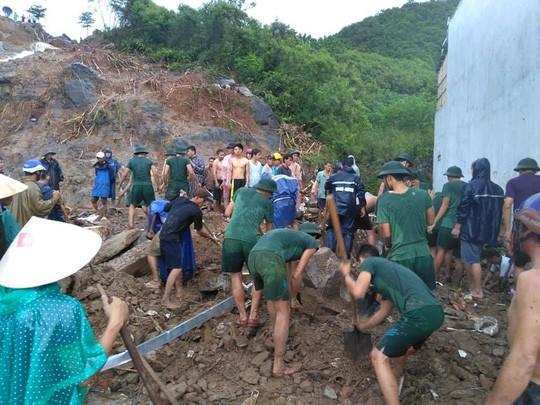 Thủ tướng thăm hỏi, chia buồn nạn nhân mưa lũ - Ảnh 1.