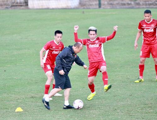Nếu góp công giúp tuyển Việt Nam đạt thành tích tốt tại AFF Cup 2018, tiền đạo Văn Quyết (trái) đủ sức cạnh tranh danh hiệu Quả bóng vàng Việt Nam Ảnh: HẢI ANH