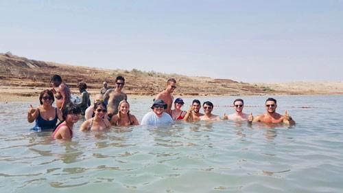 Bồng bềnh trên Biển Chết