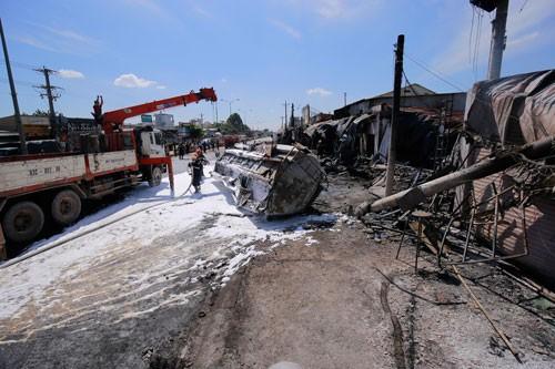 Tai nạn kinh hoàng 6 người chết: Xe bồn bay gây thảm họa - Ảnh 1.