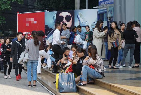 Chen chân mua hàng hiệu giảm giá Black Friday - Ảnh 1.