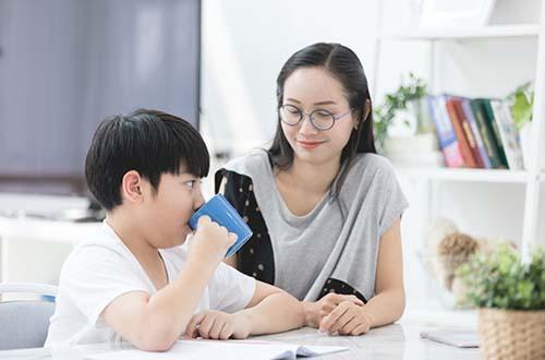 Chọn thức uống dinh dưỡng phù hợp cho con - Ảnh 1.