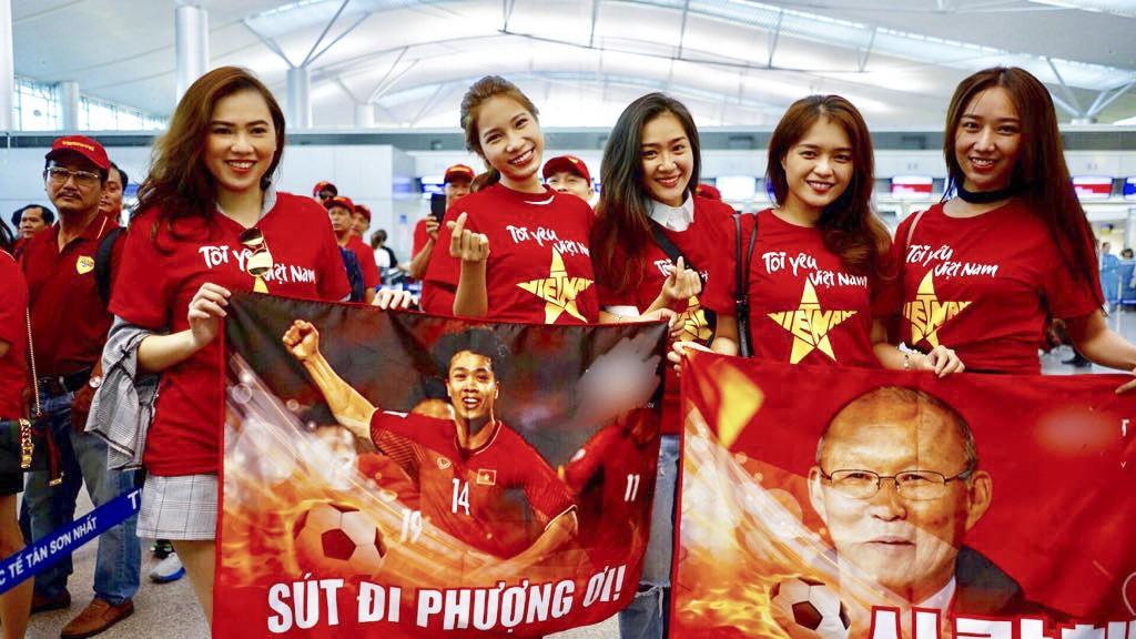 [eMagazine] - Á khôi áo dài nóng bỏng ủng hộ thầy trò Quang Hải - Ảnh 3.