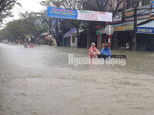 Quảng Nam lại mưa to, bộ đội giúp dân đi lánh nạn - Ảnh 12.