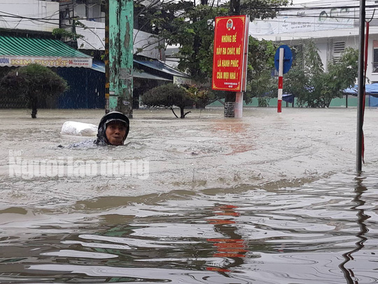 Quảng Nam lại mưa to, bộ đội giúp dân đi lánh nạn - Ảnh 6.