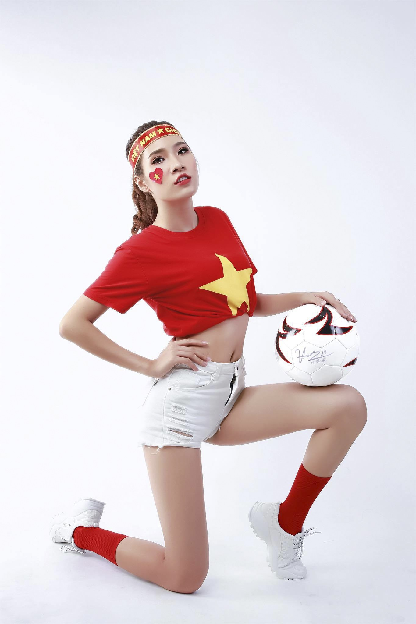 [eMagazine] - Á khôi áo dài nóng bỏng ủng hộ thầy trò Quang Hải - Ảnh 5.