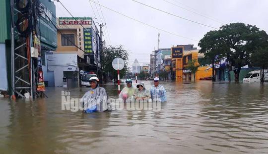 Quảng Nam lại mưa to, bộ đội giúp dân đi lánh nạn - Ảnh 11.