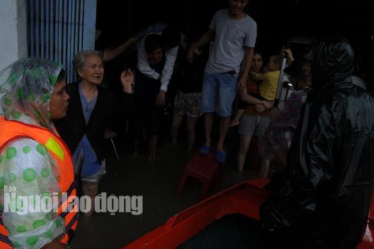 Quảng Nam lại mưa to, bộ đội giúp dân đi lánh nạn - Ảnh 7.