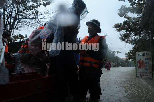 Quảng Nam lại mưa to, bộ đội giúp dân đi lánh nạn - Ảnh 9.