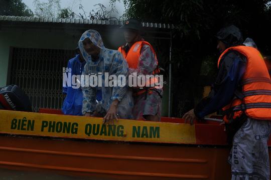 Quảng Nam lại mưa to, bộ đội giúp dân đi lánh nạn - Ảnh 8.