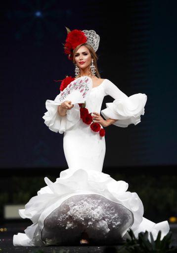 Váy bánh mì tỏa sáng cùng trang phục dân tộc rực rỡ - Ảnh 25.