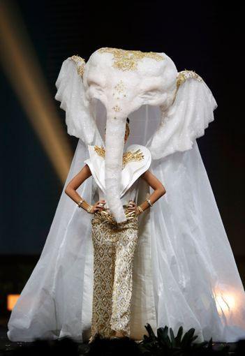 Váy bánh mì tỏa sáng cùng trang phục dân tộc rực rỡ - Ảnh 4.