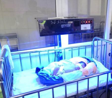 Bé gái sơ sinh bị bỏ rơi cùng 1 triệu đồng giữa cái rét cắt da - Ảnh 1.