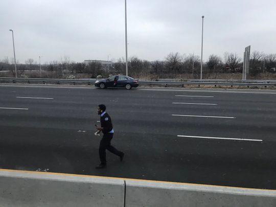 Mỹ: Dừng xe trên đường cao tốc nhặt tiền rơi - Ảnh 3.