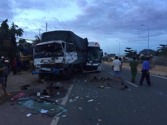 Xe chở đoàn khách du lịch TP HCM gây tai nạn, 2 người chết - Ảnh 1.