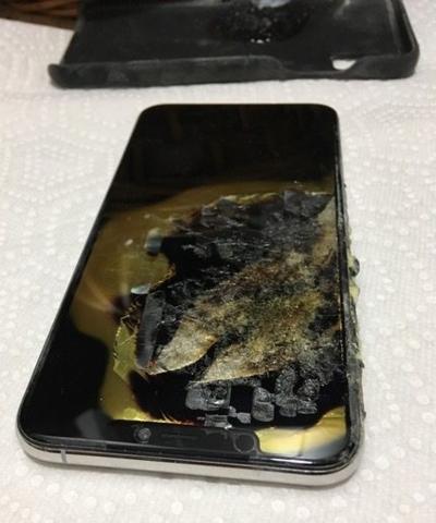 iPhone Xs Max bốc khói trong túi quần - Ảnh 1.
