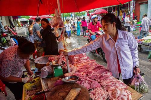 THỰC PHẨM BẨN TUỒN VỀ CHỢ CÔNG NHÂN: Giải tỏa chợ tự phát để ngăn thực phẩm bẩn - Ảnh 2.