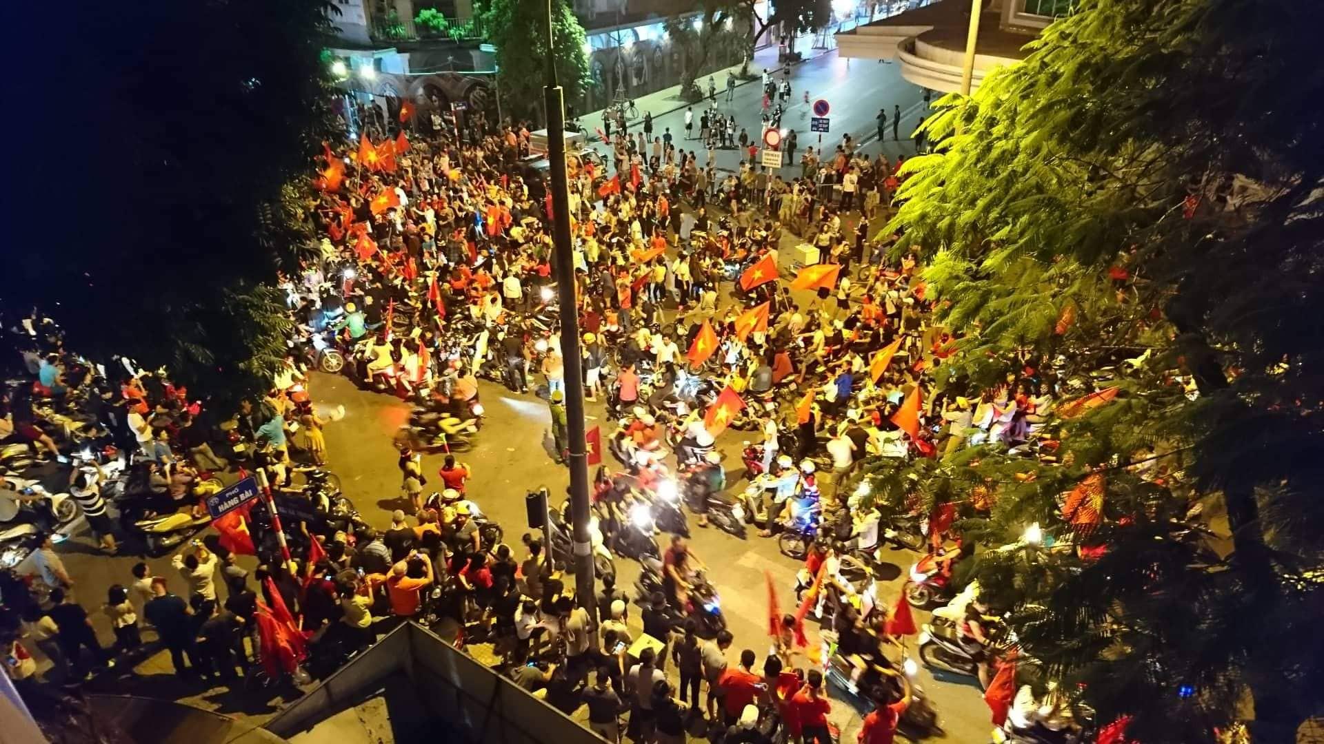 Những hình ảnh tuyệt vời ở trái tim hồ Gươm mừng chiến thắng của tuyển Việt