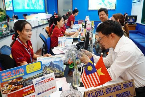 Nườm nượp mua tour sang Malaysia xem tuyển Việt Nam đá chung kết - Ảnh 1.