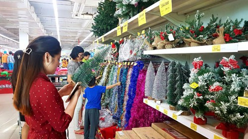 Thị trường Noel nhộn nhịp nhờ giảm giá - Ảnh 1.