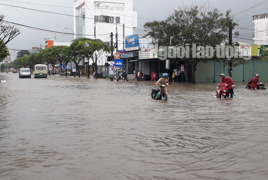 Mưa như trút, đường phố Tam Kỳ thành biển nước - Ảnh 3.