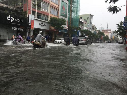 Trận mưa lịch sử nhấn chìm Đà Nẵng - Ảnh 1.