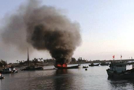 Cháy tàu cá chứa 10.000 lít dầu, cảnh sát PCCC bất lực - Ảnh 1.