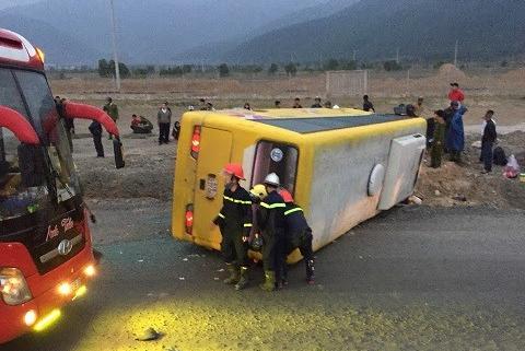 Lật xe khách chở người về quê ăn tết, trên 12 người thương vong - Ảnh 1.