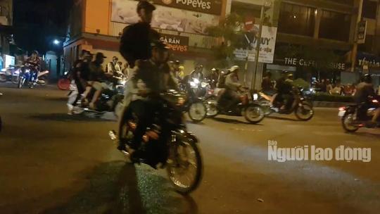 Hàng trăm dân chơi Sài Gòn đua xe sáng 30 Tết - Ảnh 2.