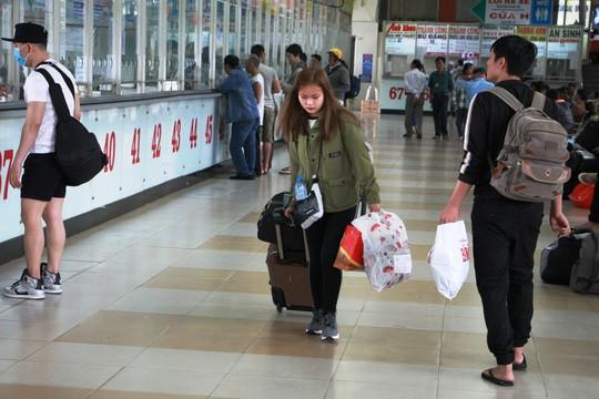 30 tháng chạp: Bến xe vắng hoe, sân bay Tân Sơn Nhất vẫn đông nghẹt - Ảnh 3.