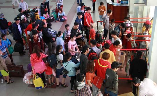 30 tháng chạp: Bến xe vắng hoe, sân bay Tân Sơn Nhất vẫn đông nghẹt - Ảnh 5.