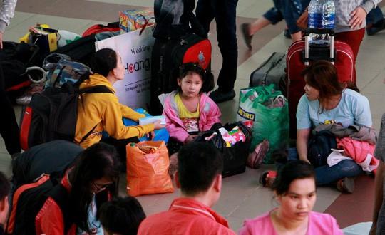 30 tháng chạp: Bến xe vắng hoe, sân bay Tân Sơn Nhất vẫn đông nghẹt - Ảnh 7.