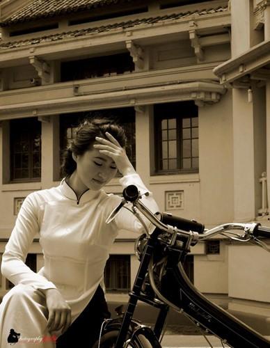 Người đẹp Hà thành thướt tha bên xe máy cổ Mobylette - Ảnh 2.
