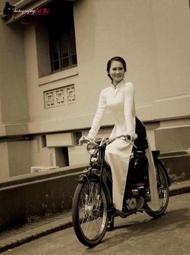 Người đẹp Hà thành thướt tha bên xe máy cổ Mobylette - Ảnh 7.