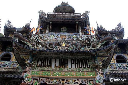 Đầu xuân viếng ngôi chùa có tượng Bồ tát bằng hoa lớn nhất thế giới - Ảnh 1.