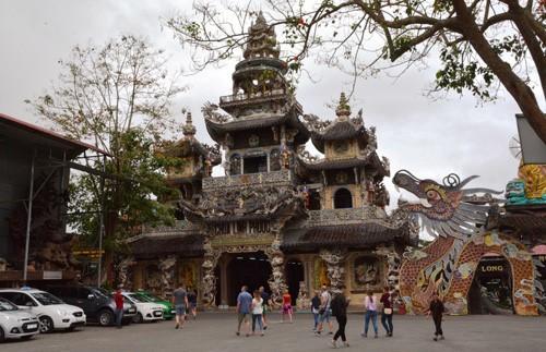 Đầu xuân viếng ngôi chùa có tượng Bồ tát bằng hoa lớn nhất thế giới - Ảnh 2.