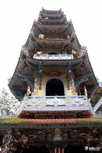 Đầu xuân viếng ngôi chùa có tượng Bồ tát bằng hoa lớn nhất thế giới - Ảnh 5.