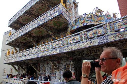 Đầu xuân viếng ngôi chùa có tượng Bồ tát bằng hoa lớn nhất thế giới - Ảnh 7.