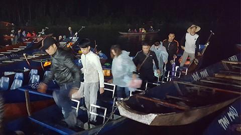 Hàng nghìn người xuyên đêm trẩy hội chùa Hương - Ảnh 3.