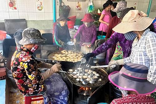Khách đội nắng đợi hàng giờ để ăn bánh khọt nổi tiếng Vũng Tàu - Ảnh 2.