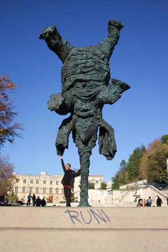 """Độc đáo những bức tượng """"bất chấp"""" mọi định luật vật lý - Ảnh 2."""