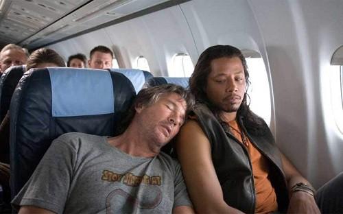 6 mẹo để không phải thức trắng trên những chuyến bay dài - Ảnh 1.